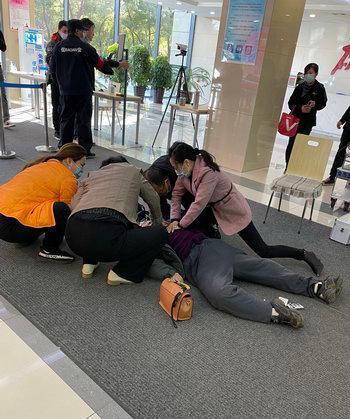 80岁大娘政务中心突发心梗 办事人员紧急施救